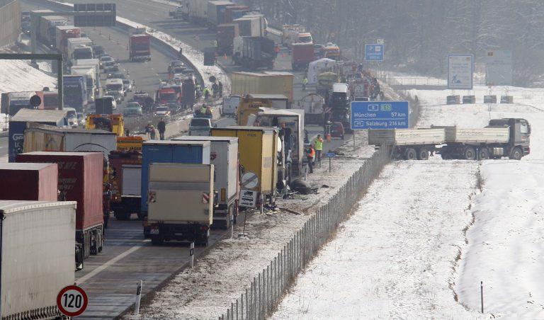 Καραμπόλα πάνω από 100 αυτοκινήτων στη Γερμανία   Newsit.gr