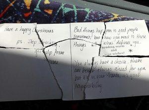 Το συγκλονιστικό μήνυμα χριστουγεννιάτικης κάρτας που έκανε κομματάκια ο παραλήπτης