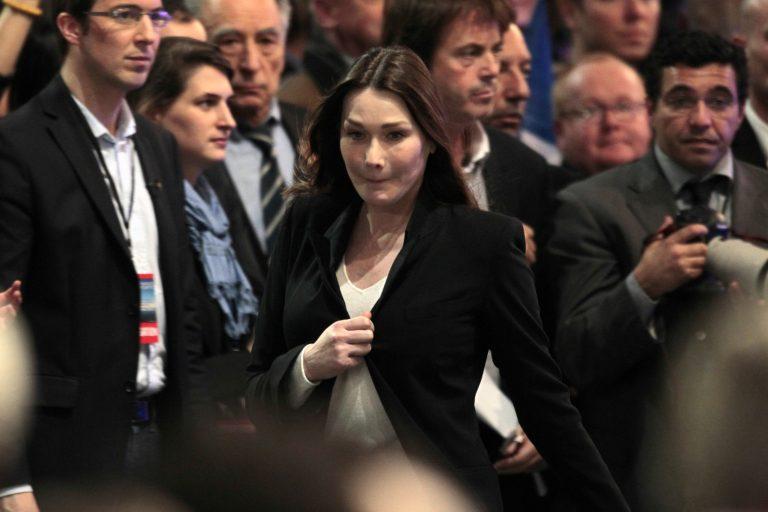 Η Κάρλα Μπρούνι μεταμφιέζεται για να κυκλοφορεί στο μετρό | Newsit.gr