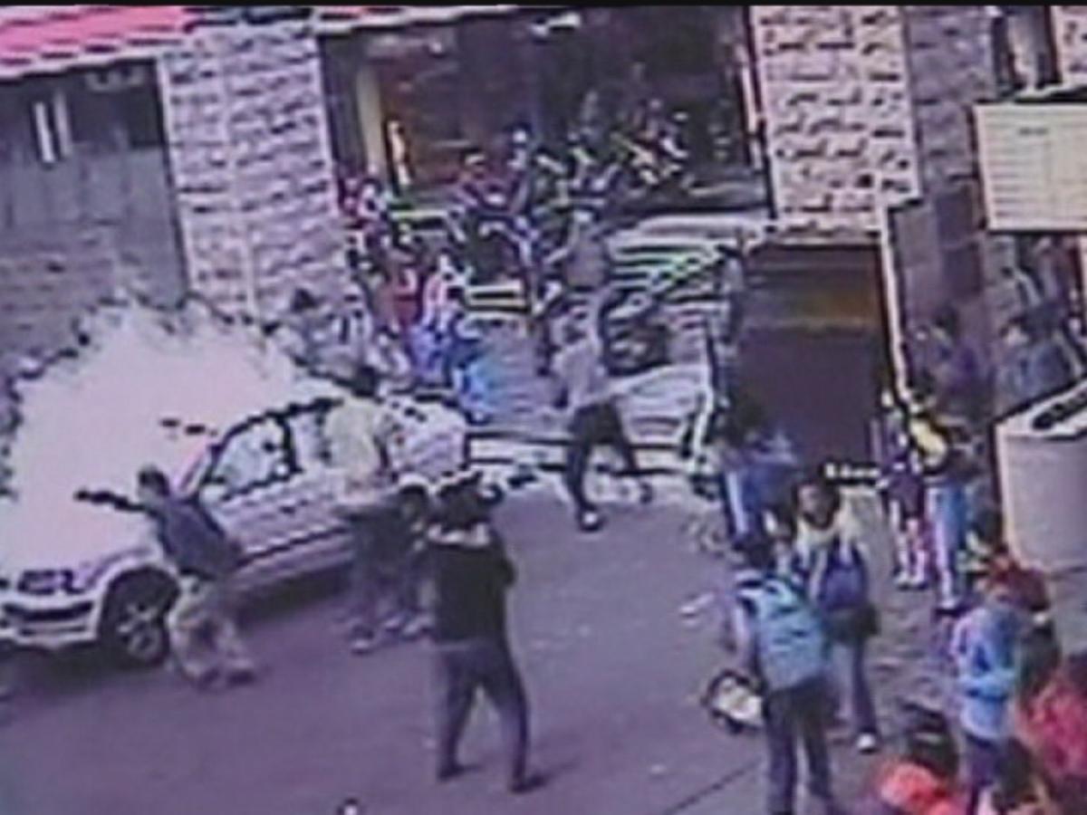 Σοκαριστικό βίντεο: Οδηγός παρασύρει με το αυτοκίνητο του μαθητές που πάνε σχολείο | Newsit.gr