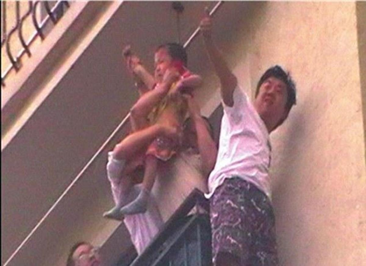 3χρονο αγοράκι έπεσε από τον 8ο όροφο και σώθηκε – Δείτε φωτογραφίες   Newsit.gr