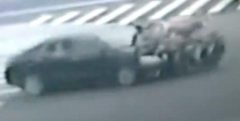 Αυτοκίνητο χτυπάει μηχανή και πετάει στον αέρα τους επιβαίνοντες! ΒΙΝΤΕΟ | Newsit.gr