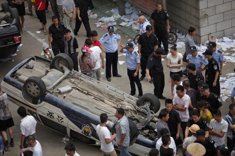Κίνα: Συγκρούσεις μεταξύ αστυνομικών και διαδηλωτών | Newsit.gr