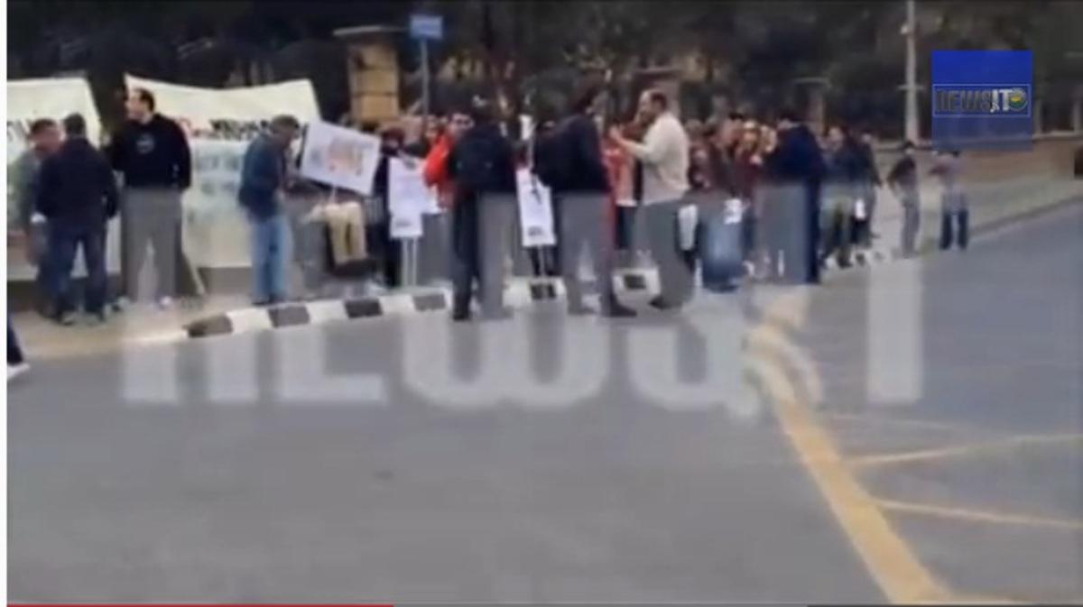 Χάος στην Κύπρο από το κούρεμα των καταθέσεων! Πολίτες περικυκλώνουν το Προεδρικό Μέγαρο – «Μπουκάρουν» με μπουλντόζες στις τράπεζες – ΦΩΤΟ και ΒΙΝΤΕΟ | Newsit.gr