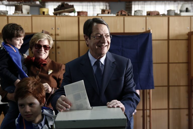 Οριακή πτώση αλλά εκλογή από απόψε για Αναστασιάδη | Newsit.gr