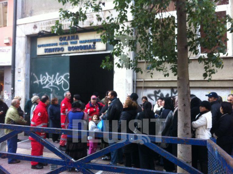 Ουρές για τις δωροεπιταγές του Ερυθρού Σταυρού! Φώτο Newsit | Newsit.gr