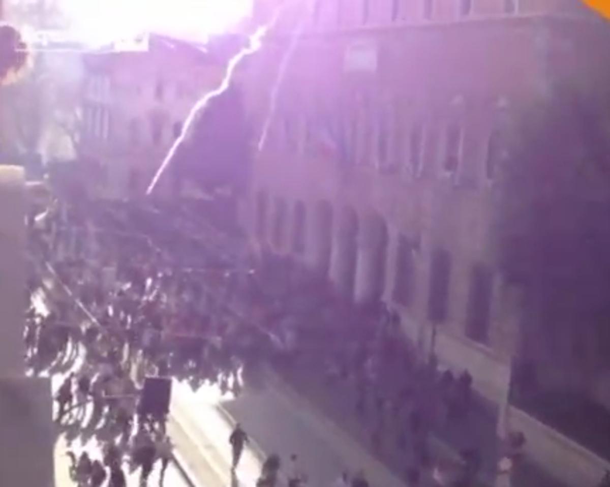 Έριχναν στους διαδηλωτές δακρυγόνα από το παράθυρο υπουργείου! – ΒΙΝΤΕΟ | Newsit.gr