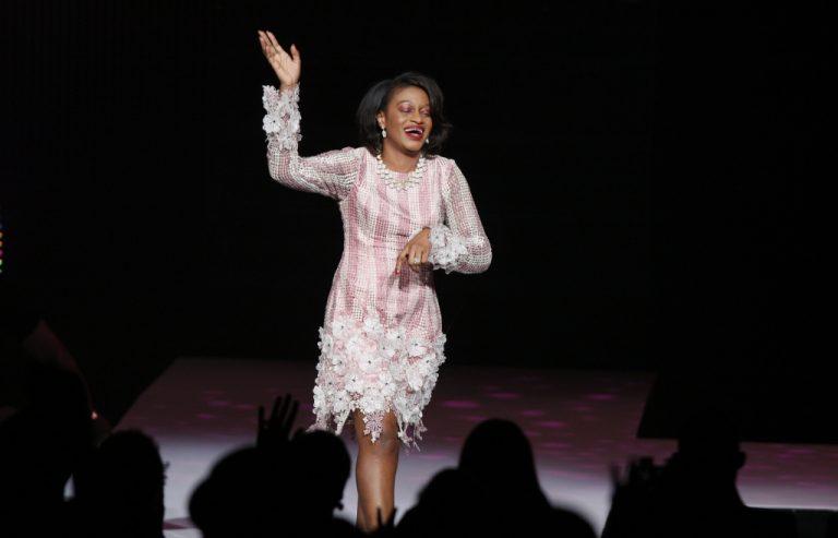 """Η σχεδιάστρια μόδας… """"πέταξε"""" από την σκηνή! Βίντεο   Newsit.gr"""