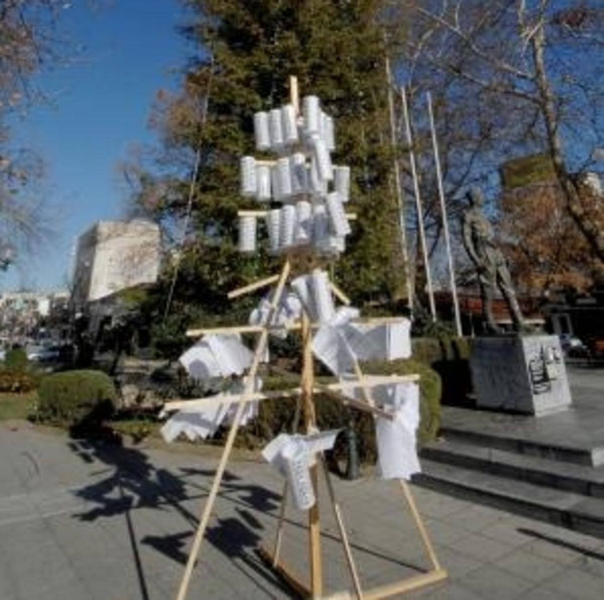 Τρίκαλα: Στολίζουν το… χαρατσόδεντρο των φετινών Χριστουγέννων! | Newsit.gr