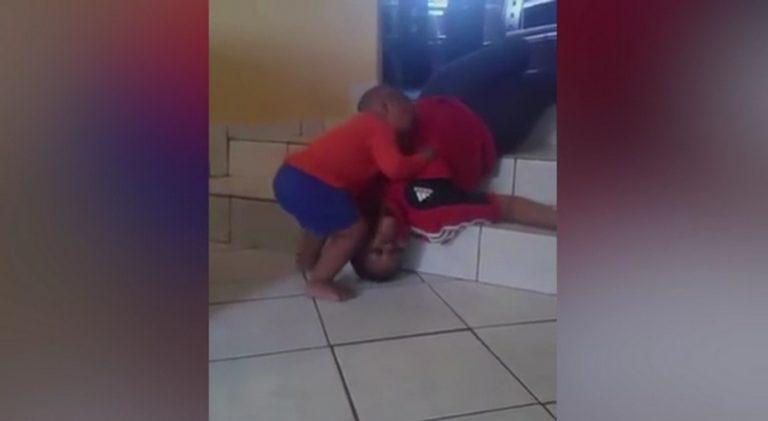 Σοκαριστικό βίντεο! Νήπιο προσπαθεί να ξυπνήσει τη «νεκρή» θεία του | Newsit.gr