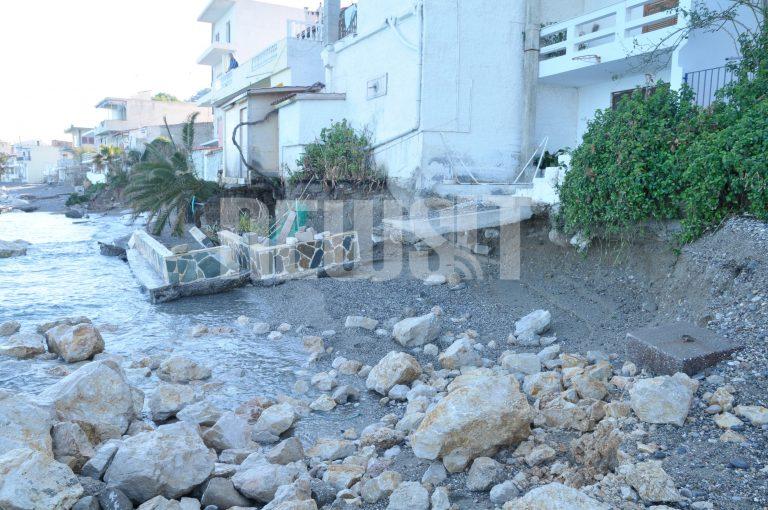 Κορινθία: Η θάλασσα »ρούφηξε» την παραλία και απειλεί τα σπίτια! | Newsit.gr