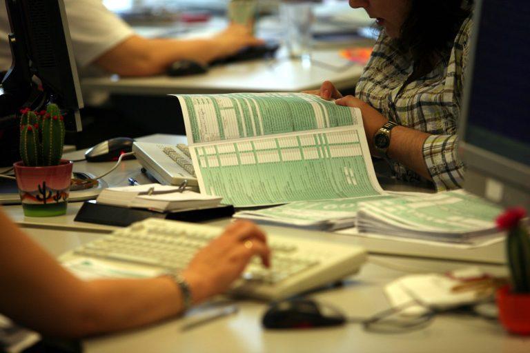Υποχρεωτικά με υπογραφή λογιστή η δήλωση 700.000 ελεύθερων επαγγελματιών   Newsit.gr