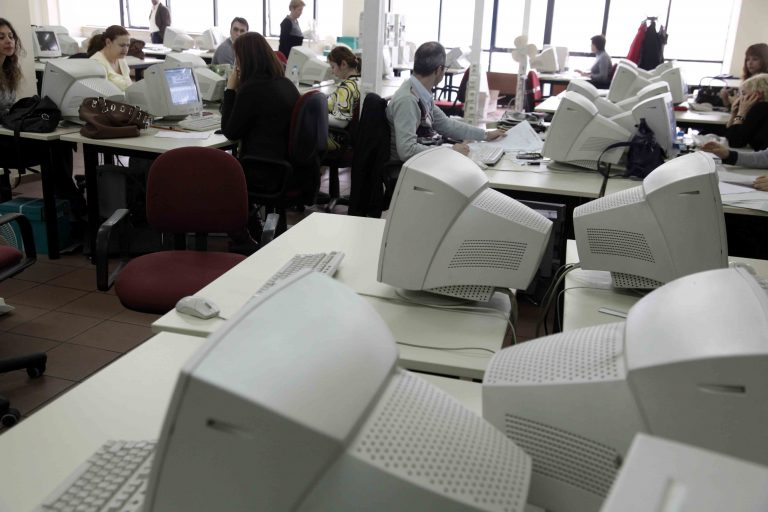 Έρχονται μειώσεις και πλαφόν στους μισθούς του Δημοσίου | Newsit.gr
