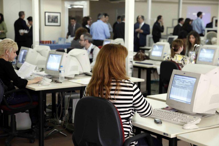 «Κούρεμα» μισθών για 280.000 υπαλλήλους του Δημοσίου | Newsit.gr