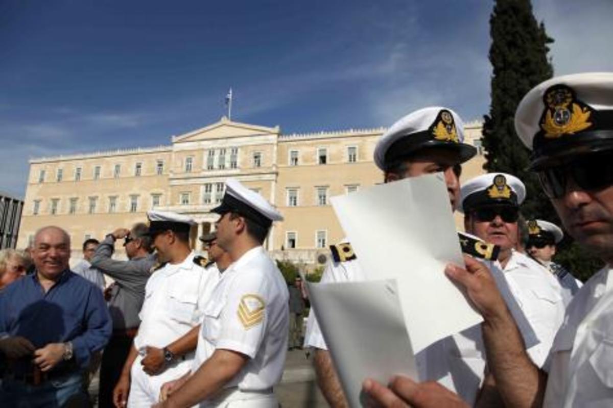 Ο «στρατός στους δρόμους», η κυβέρνηση στο κόσμο της – «Μάχη» για τις περικοπές στις ΕΔ | Newsit.gr