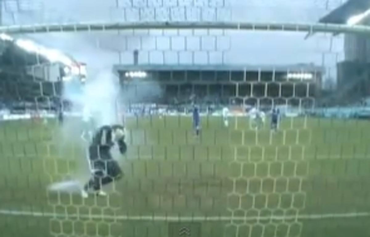 Τραυματίστηκε από κροτίδα τερματοφύλακας και διεκόπη το Ντιναμό – Ζενίτ(VIDEO) | Newsit.gr
