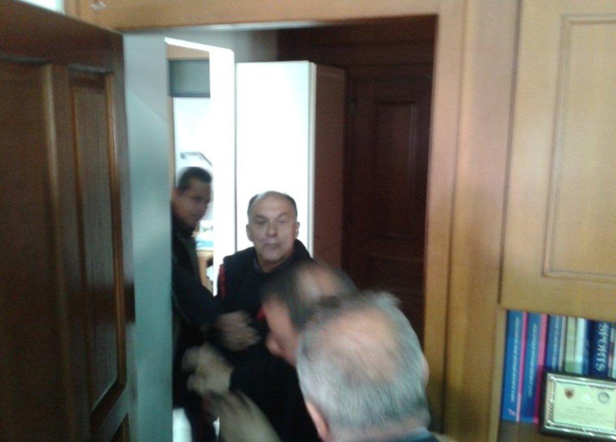 Τρίκαλα: Λίγο έλειψε να έρθουν στα χέρια μέσα στο Δημαρχείο – ΦΩΤΟ   Newsit.gr