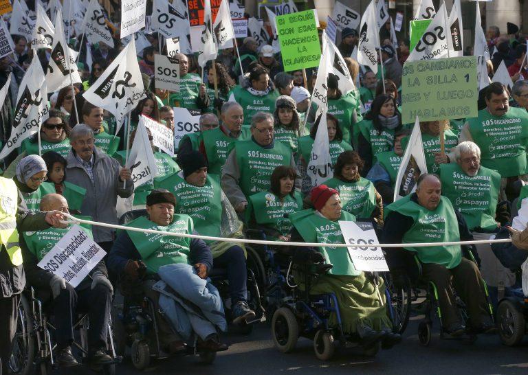 Ισπανία: «Πλημμύρισαν» τους δρόμους με τα αναπηρικά καροτσάκια | Newsit.gr
