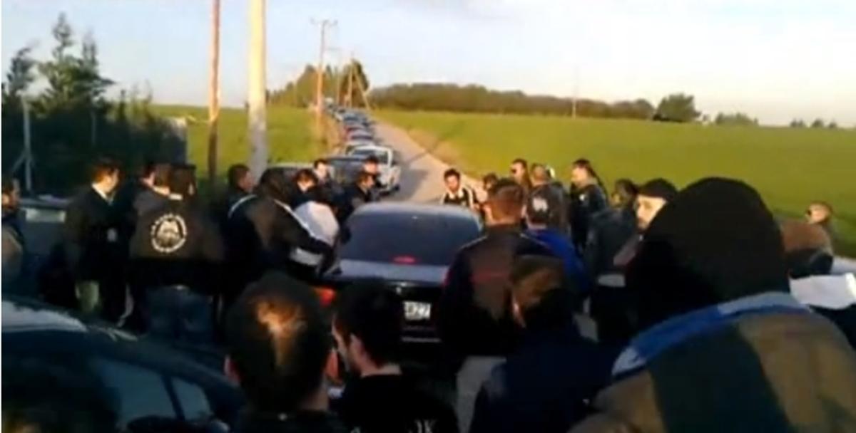 Η…φυγάδευση του Δώνη απ'το προπονητικό κέντρο του ΠΑΟΚ (VIDEO)   Newsit.gr