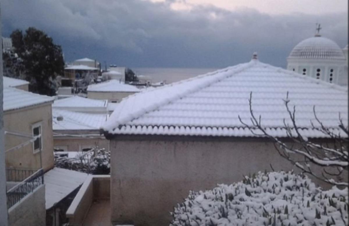 Καιρός: Αποκλεισμένες στα χιόνια οι Οινούσσες – Το ξέσπασμα του δημάρχου [vid]