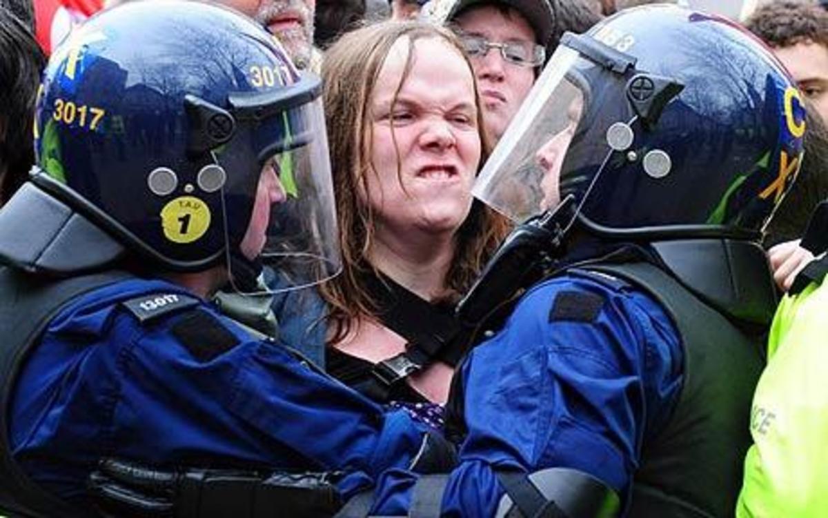 Βρετανία: Επεισόδια μεταξύ ακροδεξιών – αντιφασιστών | Newsit.gr
