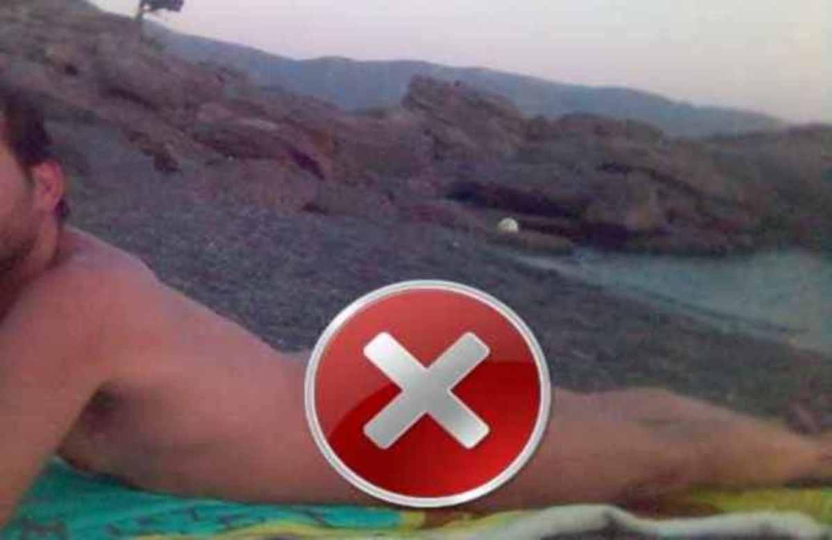 Παρουσιαστής ειδήσεων ολόγυμνος στην παραλία! | Newsit.gr