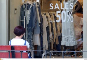Εκπτώσεις από σήμερα και ανοιχτά καταστήματα την Κυριακή