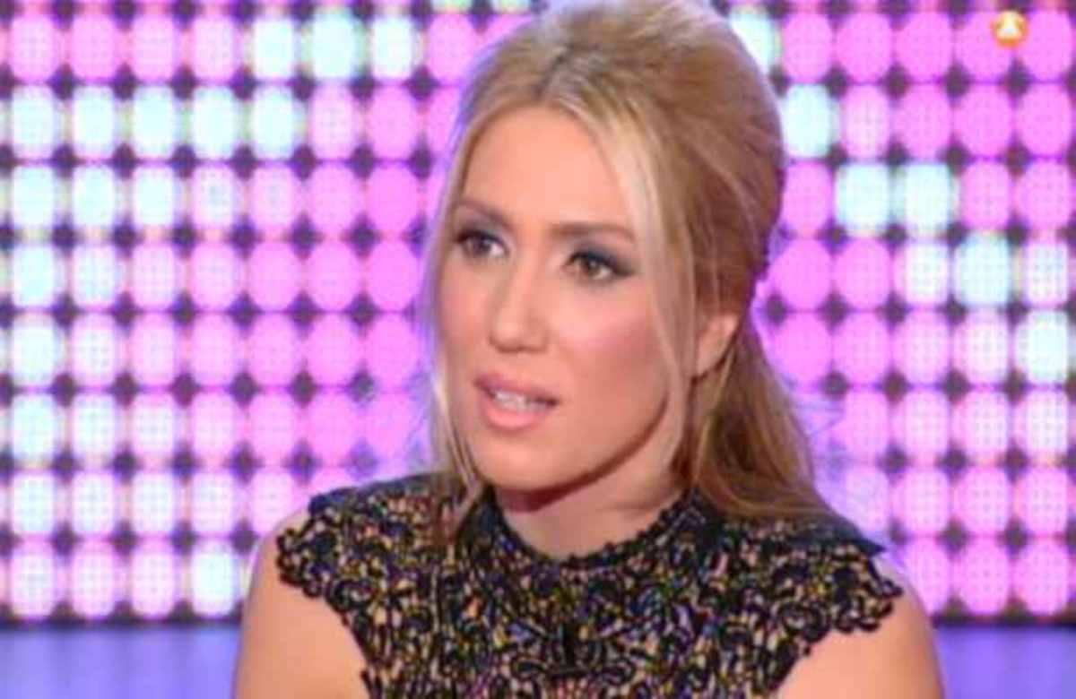 Η Έλενα Παπαβασιλείου αποκάλυψε στον Θέμο τι κάνει μόνη της στο σαλόνι της! | Newsit.gr
