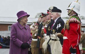 Τα κρυφά σινιάλα της βασίλισσας Ελισάβετ! Τι λέει με την τσάντα και τη βέρα της!