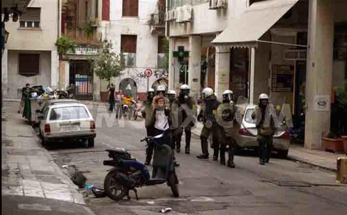 Τα ΜΑΤ χρησιμοποιούσαν διαδηλωτές ως ανθρώπινες ασπίδες | Newsit.gr