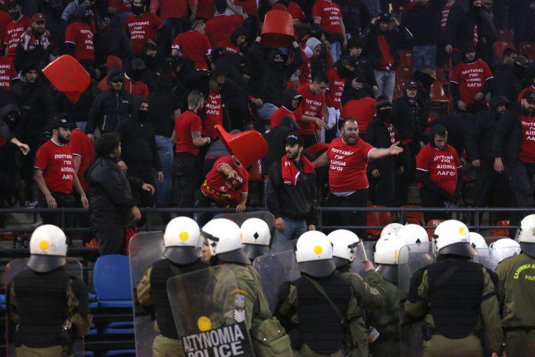 Αφήνουν μαχαιροβγάλτες να αλωνίζουν στα γήπεδα – Συνέλαβαν δυο οπαδούς για τα αίσχη στον τελικό του μπάσκετ – Ψάχνουν άλλους τρεις   Newsit.gr
