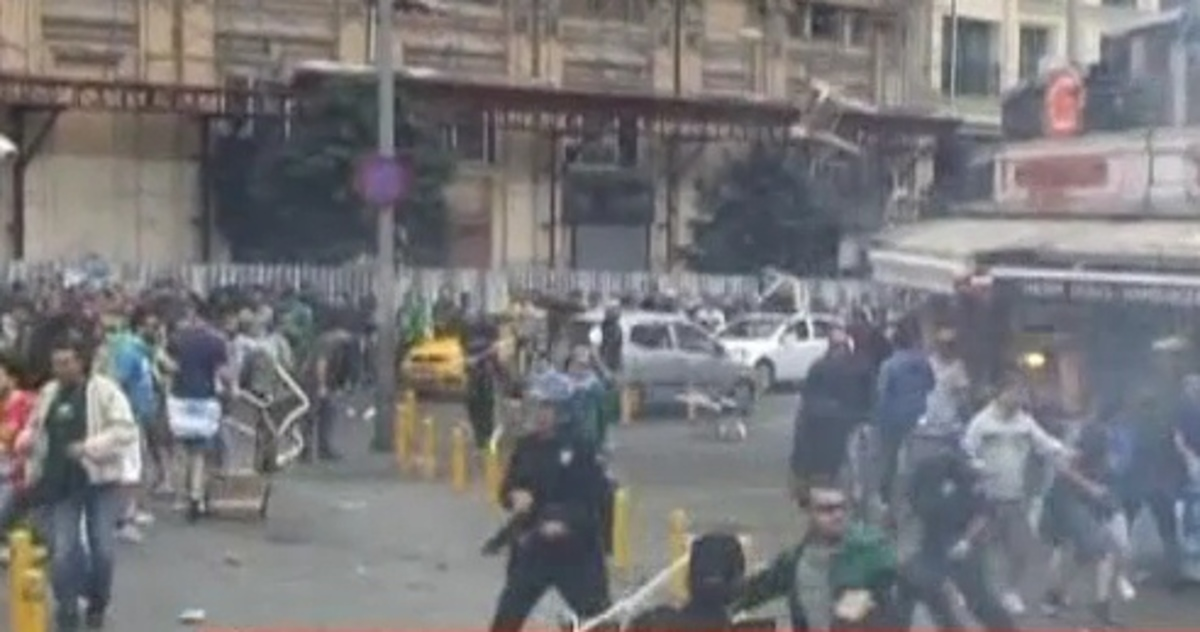 Πεδίο…μάχης και η πλατεία Ταξίμ – Συγκρούσεις οπαδών Παναθηναϊκού-Γαλατάσαραϊ (VIDEO) | Newsit.gr