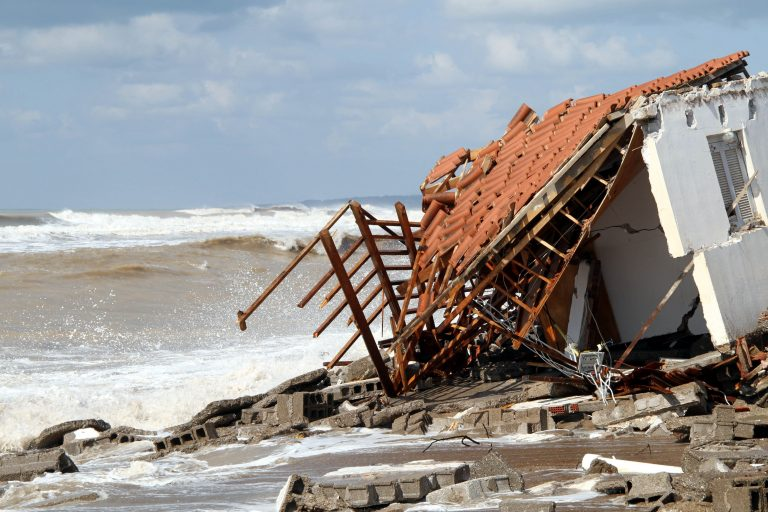 H θάλασσα «κατάπιε» τα σπίτια στο Επιτάλιο – Συγκλονιστικές φωτογραφίες | Newsit.gr