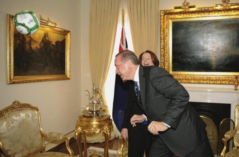 Ο Ερντογάν άρχισε να παίζει μπάλα στο πρωθυπουργικό γραφείο! ΒΙΝΤΕΟ | Newsit.gr