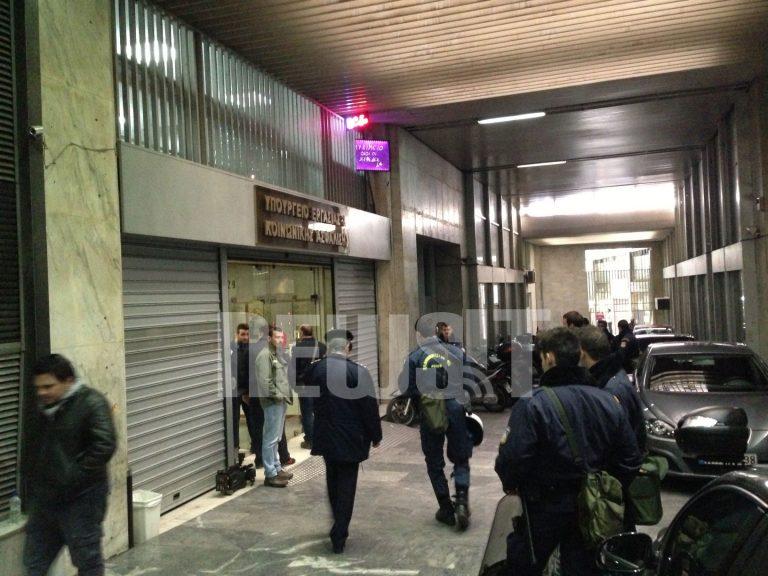 Το ΠΑΜΕ κατέλαβε το γραφείο του Βρούτση | Newsit.gr