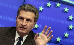 Επίτροπος Έτινγκερ: Ο Τσίπρας υπόσχεται βελτίωση του Μνημονίου που υπέγραψε