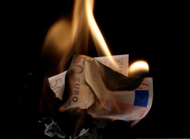 Πήγε να καεί… καίγοντας χαρτονομίσματα! | Newsit.gr