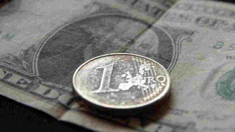 Πέφτει το ευρώ λόγω Moody' s – Η Credit Agricole προβλέπει νέα μέτρα για την Ελλάδα | Newsit.gr