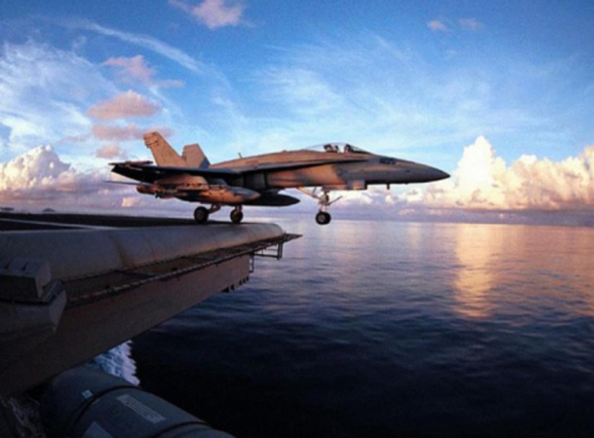 Απίστευτο βίντεο! F18 πέφτει στη θάλασσα από αεροπλανοφόρο! Πως γλίτωσε ο πιλότος | Newsit.gr