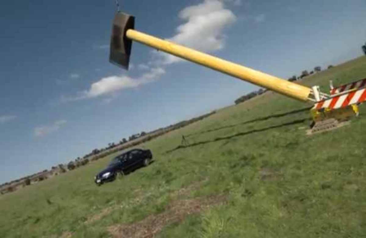 Εκπομπή για γερά νεύρα! Το τσεκούρι έκοψε το αμάξι στα δύο! | Newsit.gr