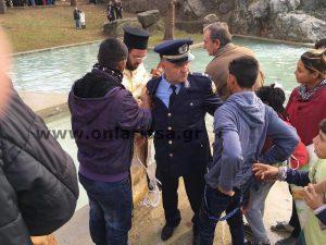 Θεοφάνεια – Φάρσαλα: Παραλίγο… ξύλο για τον Σταυρό – Τους χώρισε αστυνομικός! (ΦΩΤΟ)