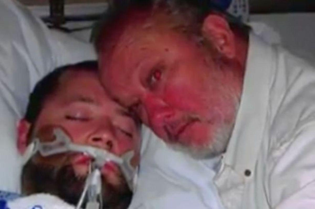 «Ανάστησε» τον εγκεφαλικά νεκρό γιο του απειλώντας με όπλο τους γιατρούς | Newsit.gr