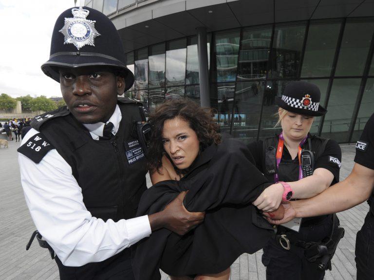 Οι FEMEN γυμνές και στο Λονδίνο! (VIDEO) | Newsit.gr
