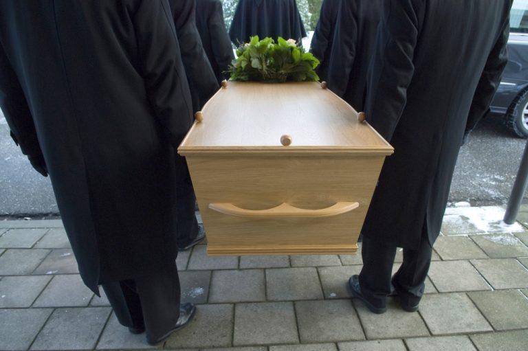 Γραφεία τελετών κλέβουν τους νεκρούς και ασελγούν στα σώματα τους | Newsit.gr