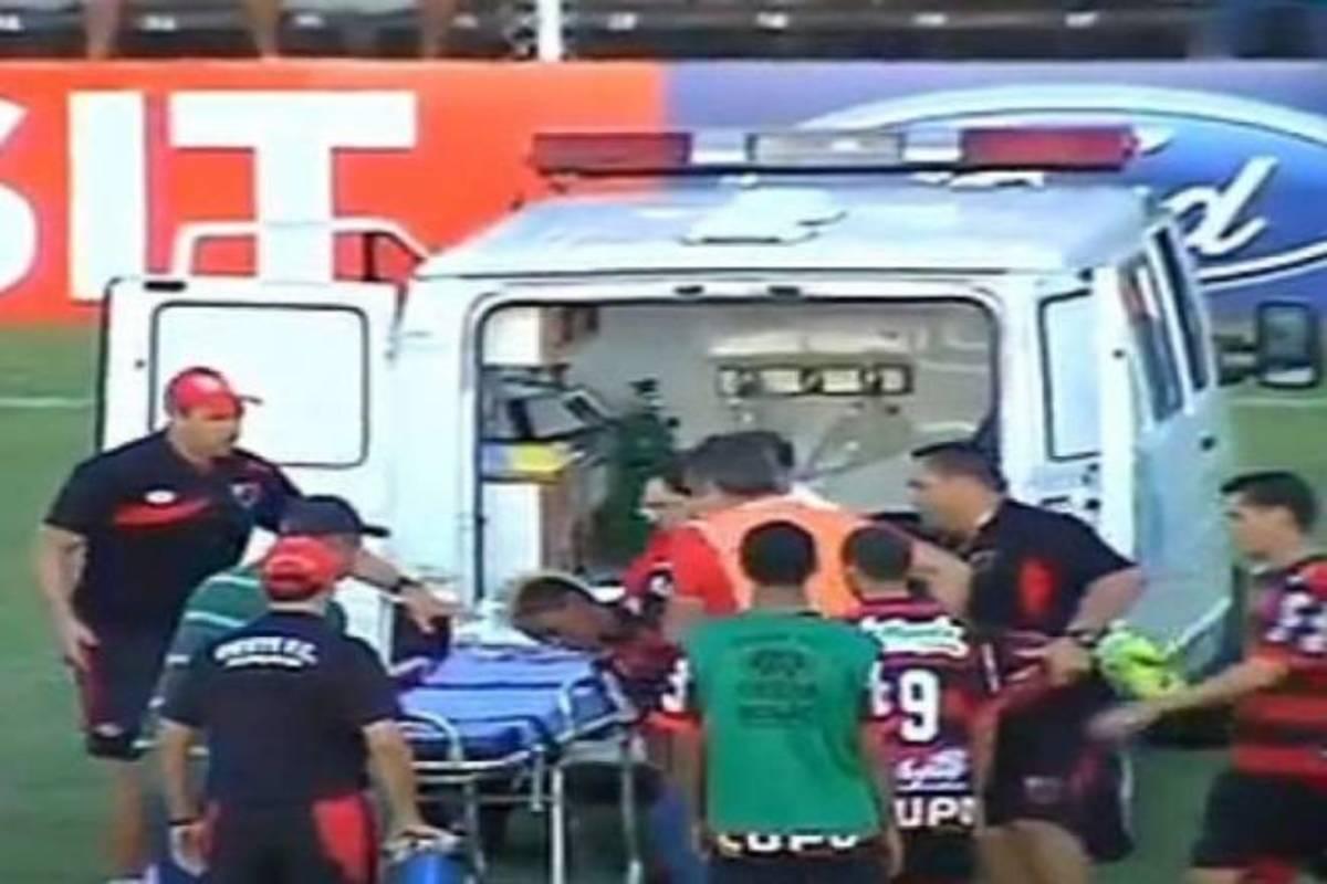 «Πάγωσαν» στη Βραζιλία – Κατέρρευσε ποδοσφαιριστής στο γήπεδο! (VIDEO) | Newsit.gr