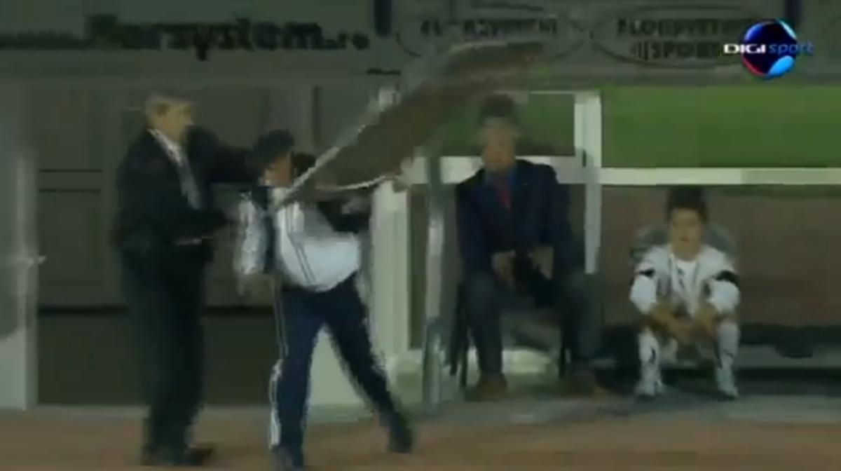 Αδικήθηκε, νευρίασε και… πέταξε το φορείο στο γήπεδο (VIDEO) | Newsit.gr