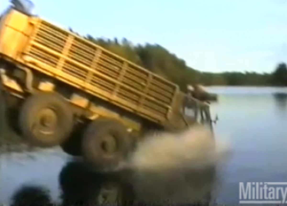 Φορτηγό βουτάει σε λίμνη…και «κολυμπάει» – Βίντεο | Newsit.gr