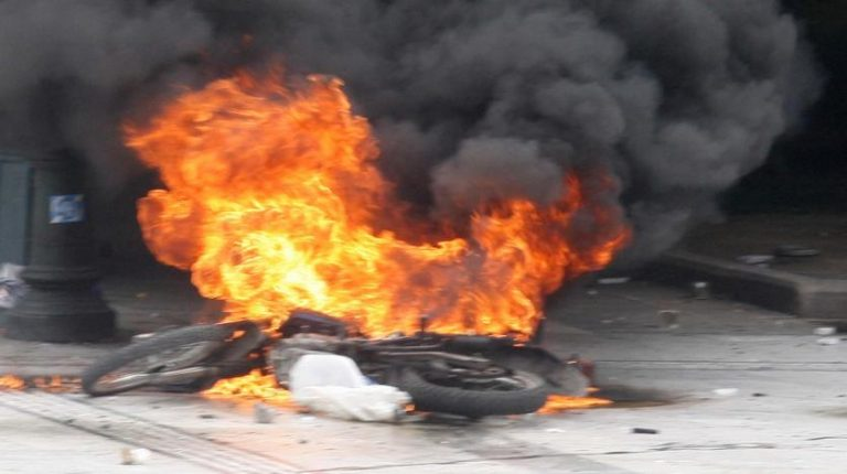 Μπαράζ εμπρησμών σε αυτοκίνητα και μηχανές τη νύχτα | Newsit.gr