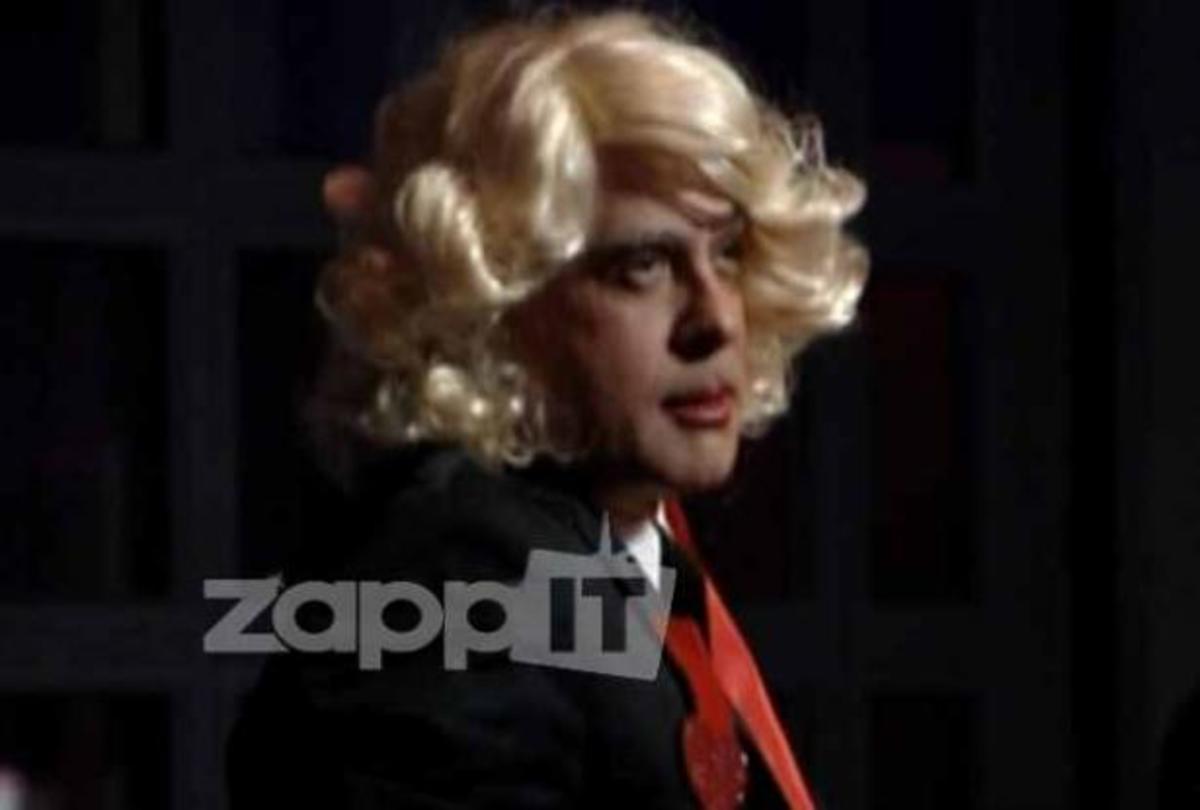 Γιατί ο Φώτης Σεργουλόπουλος ντύθηκε γυναίκα και έβαλε ξανθιά περούκα; | Newsit.gr
