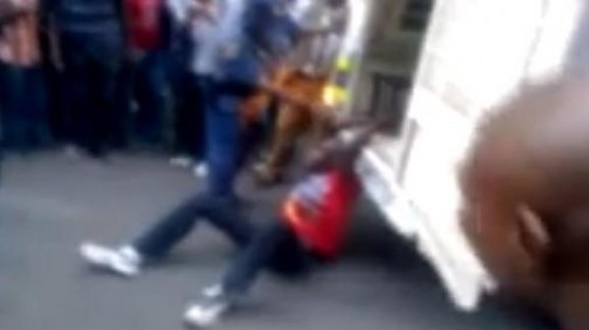 Αποτρόπαιο βίντεο – Αστυνομικοί σέρνουν με το αυτοκίνητο οδηγό ταξί | Newsit.gr